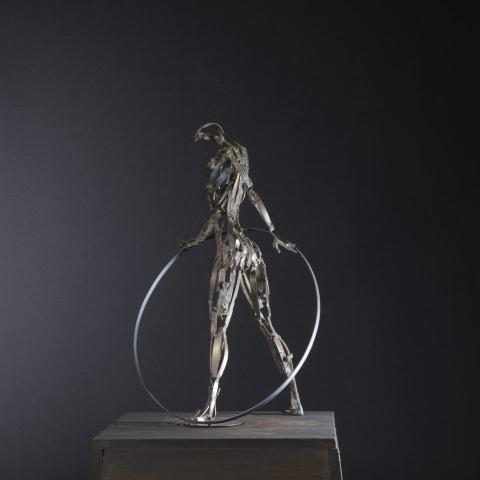 figura con cerchio1 1 960x960 640x480 - Scultura in TITANIO