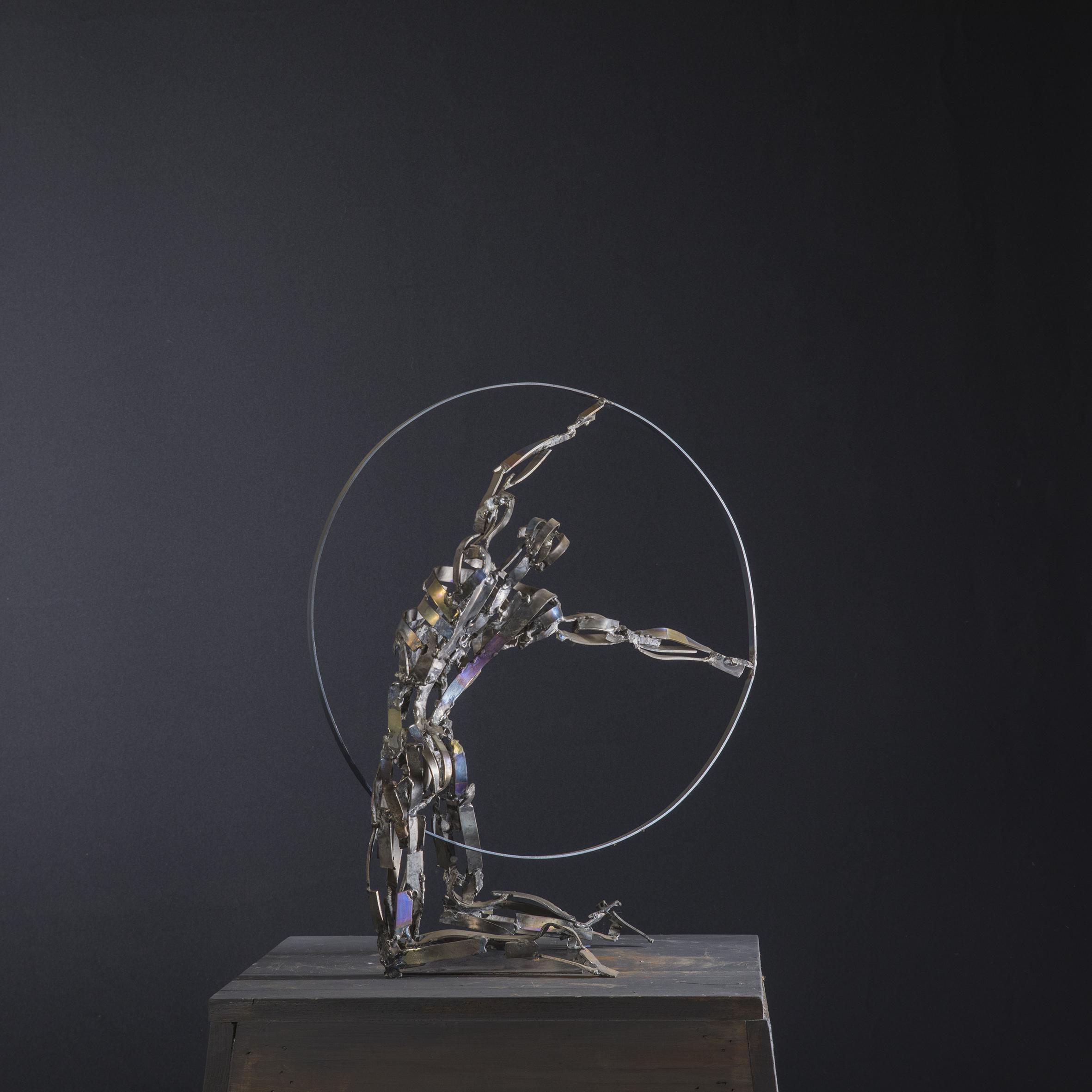 figura con cerchio2 - Scultura in TITANIO